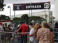 SÃO PAULO - SP -  29 DE MARÇO 2013. MOVIMENTAÇÃO EXTERNA DO LOLLAPALOOZA 2013, que acontece no Jockey Club de São Paulo nesta tarde de sexta-feira (29), apesar da garoa fina, muita gente ainda espera nas filas para a compra de ingressos e entrar nio evento. FOTO: MAURICIO CAMARGO / BRAZIL PHOTO PRESS.