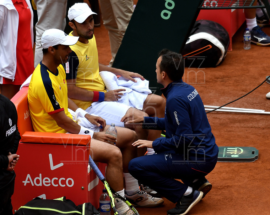 BOGOTA - COLOMBIA – 16 – 09 -2019: Alejandro Falla (Izq.) y Sebastian Cabal (Der.) de Colombia, reciben instrucciones de Pablo Gonzalez, Capitan, durante partido de dobles de la Copa Davis entre los equipos de Colombia y Croacia, partidos por el ascenso al Grupo Mundial de Copa Davis por BNP Paribas, en la Plaza de Toros La Santamaria en la ciudad de Bogota. / Alejandro Falla (L) and Sebastian Cabal (R) of Colombia, recieve instructions of Pablo Gonzalez, Captain during a Davis Cup doubles tennis match between the teams of Colombia and Croatia, match promoted to the World Group Davis Cup by BNP Paribas, at the La Santamaria Ring Bull in Bogota city. / Photo: VizzorImage / Luis Ramirez / Staff.