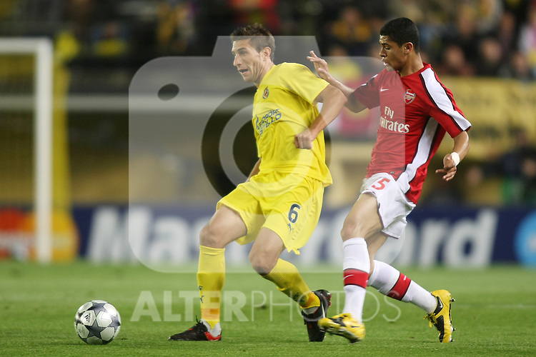 Villareal's Sebastian Eguren (l) and Arsenal's Kolo Toure (r) during the UEFA Champiosn League match.April 7 2009. (ALTERPHOTOS/Acero).