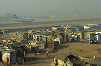 Indien Megacity Metropole Mumbai Bombay, Indian Airlines jet auf Rollbahn des Flughafens, Stadtverwaltung hat illegale Huetten im Slum am Flughafen im Stadtteil Andheri abgerissen / INDIA Mumbai Bombay, demolished illegal slum in suburban Andheri close to international airport