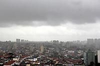 SAO PAULO, SP, 10 DE JANEIRO 2012. CLIMA TEMPO. Chove muito na regiao do Jabaquara,  zona sul de SP, na tarde desta terca-feira, 10. FOTO MILENE CARDOSO - NEWS FREE