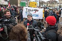Ca. 250 Menschen demonstrierten am Samstag den 25. Januar 2020 in der brandenburgischen Ortschaft Gruenheide gegen die geplante Ansiedlung des Automobilherstellers TESLA. Sie wehren sich gegen die Rodung mehreren Hektar Wald und die Beeintraechtigung der Trinkwasserversorgung durch die Autofabrik.<br /> Im Bild: Steffen Schorcht, Sprecher der Buergerinitiative gegen die Teslafabrik spricht zu Medienvertretern.<br /> 25.1.2020, Gruenheide<br /> Copyright: Christian-Ditsch.de<br /> [NUR FUER REDAKTIONELLE ZWECKE! Werbung nur auf Anfrage beim Fotografen. Inhaltsveraendernde Manipulation des Fotos nur nach ausdruecklicher Genehmigung des Fotografen. Vereinbarungen ueber Abtretung von Persoenlichkeitsrechten/Model Release der abgebildeten Person/Personen liegen nicht vor. NO MODEL RELEASE! Don't publish without copyright Christian-Ditsch.de, Veroeffentlichung nur mit Fotografennennung, sowie gegen Honorar, MwSt. und Beleg. Konto: I N G - D i B a, IBAN DE58500105175400192269, BIC INGDDEFFXXX, Kontakt: post@christian-ditsch.de<br /> Bei der Bearbeitung der Dateiinformationen darf die Urheberkennzeichnung in den EXIF- und  IPTC-Daten nicht entfernt werden, diese sind in digitalen Medien nach §95c UrhG rechtlich geschuetzt. Der Urhebervermerk wird gemaess §13 UrhG verlangt.]