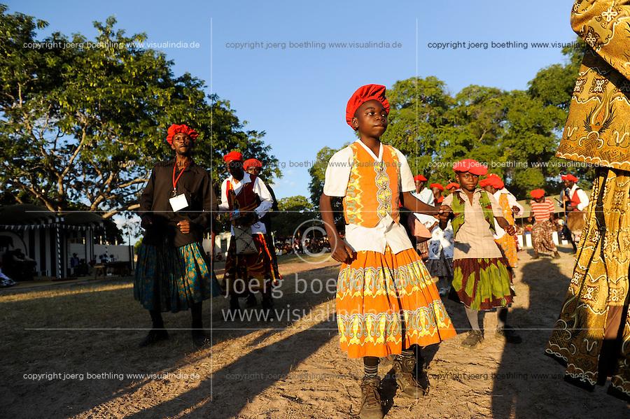 ZAMBIA Barotseland , Zambezi floodplain , Kuomboka ceremony in Limulunga, the Lozi king Lubosi Imwiko II. also called Litunga, change his residence after raining time with the royal bark Nalikwanda  to his palace in Limulunga where his people welcome him with dances / SAMBIA Barotseland , Flutebene des Zambezi Fluss , Kuomboka Fest in Limulunga, Feiern zu Ehren des Lozi Koenig, Litunga , Taenze nach Ankunft in seiner Residenz in Limulunga