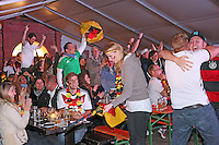 Public Viewing auf dem Marktplatz am Ratskeller, Tor für Deutschland, 1:0