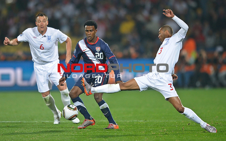 12.06.2010, Royal Bafokeng Stadium, Rustenburg, RSA, FIFA WM 2010, England (ENG) vs USA (USA), im Bild Robbie Findley of USA in action with Ashley Cole of England &amp; John Terry of England,  Foto: nph /    Mark Atkins *** Local Caption *** Fotos sind ohne vorherigen schriftliche Zustimmung ausschliesslich f&uuml;r redaktionelle Publikationszwecke zu verwenden.<br /> <br /> Auf Anfrage in hoeherer Qualitaet/Aufloesung