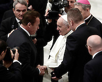 Papa Francesco saluta l'attore ed ex Governatore della California Arnold Schwarzenegger (s) al termine dell'Udienza Generale del mercoledi' in aula Paolo VI in Vaticano, 25 gennaio 2017.<br /> Pope Francis greets Austrian born US actor and former governor of California Arnold Schwarzenegger (l) at the end of his weekly general audience in Paul VI Hall at the Vatican, on January 25, 2017.<br /> UPDATE IMAGES PRESS/Isabella Bonotto<br /> STRICTLY ONLY FOR EDITORIAL USE