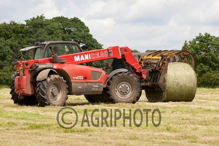 Loading silage on to trailers for Winter feed for suckler cows at Croft Far,Uffington,Stamford,Lincolnshire..Picture Tim Scrivener date taken 10th June 2012.Mobile 07850 303986 e-mail tim@agriphoto.com.?.covering agriculture in the Uk?.
