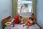 Casal com netas na Favela da Rocinha, Rio de Janeiro. 1988. Foto de Juca Martins.