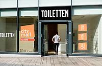 Nederland - Almere - Augustus 2018.    Almere Centrum. Openbare toiletten in een winkelstraat.    Foto Berlinda van Dam / Hollandse Hoogte