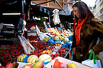 Nathalie Bschet sur le marché de chateau rouge, fait ses courses en previsions du diner du soir.