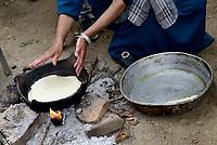 AIN DRAHAM, TUNISIA - 22 SETTEMBRE: Una donna tunisina prepara il tradizionale pane di Mlewi nella sua casa