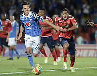 BOGOTÁ -COLOMBIA, 11-10-2014. Gabriel Diaz (Izq) jugador de Millonarios disputa el balón con Javier Calle (Der) jugador de Independiente Medellín durante partido por la fecha 14 de la Liga Postobón II 2014 jugado en el estadio Nemesio Camacho el Campín de la ciudad de Bogotá./ Gabriel Diaz (L) player of Millonarios fights for the ball with Javier Calle (R) player of  Independiente Medellin during the match for the 14th date of the Postobon League II 2014 played at Nemesio Camacho El Campin stadium in Bogotá city. Photo: VizzorImage/ Gabriel Aponte / Staff