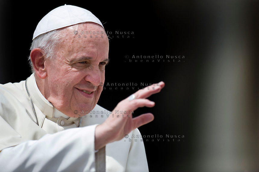 Papa Francesco saluta i fedeli al suo arrivo in Piazza San Pietro. Pope Francis waves to the faithful as he holds his weekly audience in St. Peter's Square in Vatican City, Vatican.