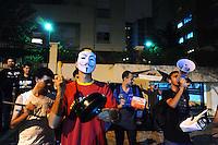 SAO PAULO, SP, 12.11.2013 - Um grupo de manifestantes realiza um Panelaço contra o IPTU em frente a casa do Prefeito Fernando Haddad na Rua Afonso de Freitas,. (Foto: Adriano Lima / Brazil Photo Press)