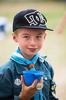20140805 Vilda-l&auml;ger p&aring; Kragen&auml;s. Foto f&ouml;r Scoutshop.se<br /> k&aring;sa i handen bl&aring; scoutskjorta keps gr&auml;smatta