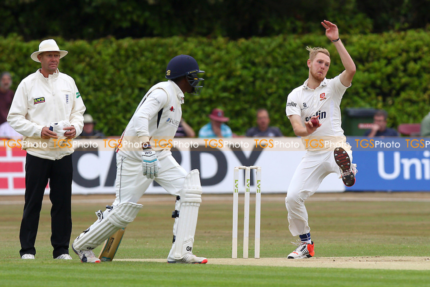Jamie Porter in bowling action for Essex CCC