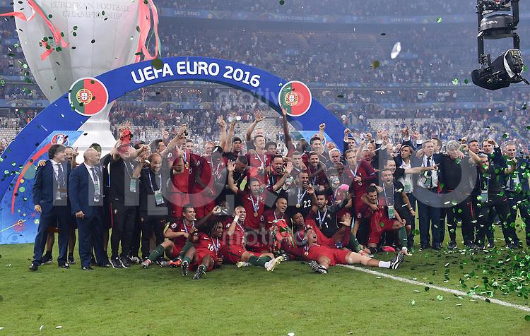 FUSSBALL EURO 2016 FINALE IN PARIS  Portugal - Frankreich          10.07.2016 Gruppenfoto Portugal mit Pokal