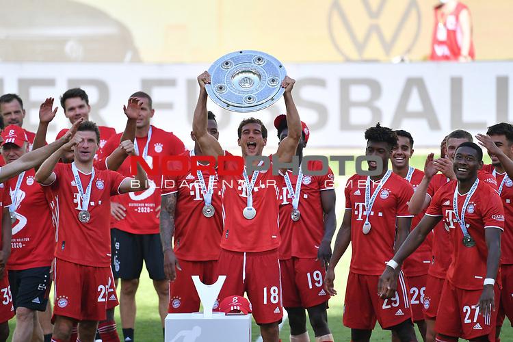 die Bayern mit der Meisterschale, Siegerehrung,<br />Leon GORETZKA (M) mit der Schale, <br />Jubel, jubeln, Freude, cheers, <br /><br />Sport: Fussball: 1. Bundesliga: Saison 19/20: 34.Spieltag, <br />VFL WOLFSBURG - FC BAYERN MUENCHEN <br />am 27.06.2020 in der Volkswagen Arena Wolfsburg, <br /><br />Nur fuer journalistische Zwecke! <br />Only for editorial use!<br />Gemaess den Vorgaben der DFL Deutsche Fussball Liga ist es untersagt, in dem Stadion und/oder vom Spiel angefertigte Fotoaufnahmen in Form von Sequenzbildern und/oder videoaehnlichen Fotostrecken zu verwerten bzw. verwerten zu lassen. <br />DFL regulations prohibit any use of photographs as image sequences and/or quasi-video.<br />National and International News Agencies OUT<br />NO RESALE!