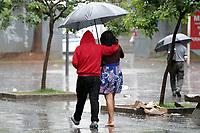 CAMPINAS, SP, 06.02.2019: CLIMA-SP - Pedestres se protegem da chuva no centro de Campinas, interior de São Paulo, na tarde desta quarta-feira (06). (Foto: Denny Cesare/Codigo19)