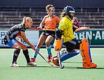 AMSTELVEEN  - Jantien Gunter (Gro) met Charlotte Vega (A'dam)     . Hoofdklasse hockey dames ,competitie, dames, Amsterdam-Groningen (9-0) .     COPYRIGHT KOEN SUYK