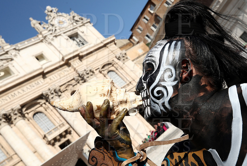 Performer proveniente dal Messico aspetta l'inizio  dell'Udienza generale del mercoledi' in Piazza San Pietro, Citta' del Vaticano, 29 agosto, 2018.<br /> A performers from Mexico waits for the arrival of Pope before the weekly general audience in St. Peter's Square at the Vatican, on August 29, 2018. <br /> UPDATE IMAGES PRESS/Isabella Bonotto<br /> <br /> STRICTLY ONLY FOR EDITORIAL USE