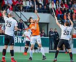 AMSTELVEEN -  Florian Fuchs (Bldaal) met Tijn Lissone (Adam) tijdens de play-offs hoofdklasse  heren , Amsterdam-Bloemendaal. links Justin Reid-Ross (Adam).   COPYRIGHT KOEN SUYK