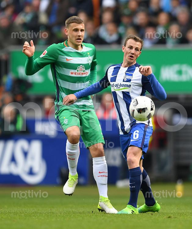 FUSSBALL     1. BUNDESLIGA      31. SPIELTAG    SAISON 2016/2017  SV Werder Bremen - Hertha BSC Berlin                          29.04.2017 Maximilian Eggestein (li, SV Werder Bremen) gegen Vladimir Darida (re, Hertha BSC Berlin)