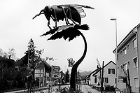 Switzerland. Canton Aargau. Hornussen. A metal sculpture of a bee on a roundabout at the entrance of the village. The sculpture was created by the local artist Daniel Schwarz from Effingen. 9.11.2017 © 2017 Didier Ruef