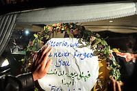Roma, 20 Aprile 2011.Fiumicino.L'attesa e l'arrivo della salma di Vittorio Arrigoni all'aereoporto Leonardo da Vinci..Centinaia di amici e sostenitori per l'ultimo saluto...Rome, April 20, 2011.Fiumicino.The wait and the arrival of the remains of  Vittorio Arrigoni..Hundreds of friends and supporters for the last farewell