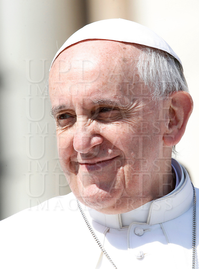 Papa Francesco al termine della sua udienza generale in Piazza San Pietro, Citta' del Vaticano, 10 aprile 2013..Pope Francis leaves at the end of his weekly general audience in St. Peter's square at the Vatican, 10 April 2013..UPDATE IMAGES PRESS/Isabella Bonotto..STRICTLY ONLY FOR EDITORIAL USE