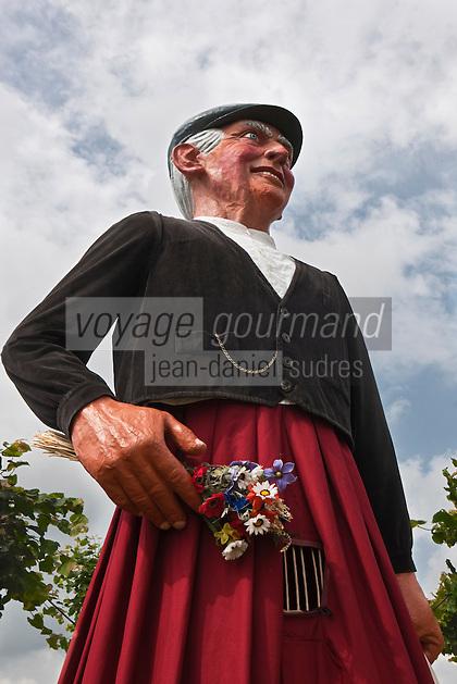 Europe/France/Nord-Pas-de-Calais/59/Nord/Boeschepe:Géant du Nord lors de la fête médiévale organisée pour la fête des moulins sous les pales du moulin de l'Ondankmeulen