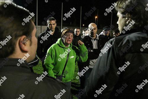 2009-10-27 / Voetbal / Supportersactie Racing Mechelen / Nico Vink luisterde naar de frustraties van enkele Racing supporters, nadat ze de training hadden stil gelegd...foto: mpics