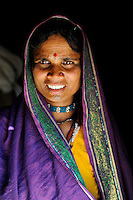 INDIA, Madhya Pradesh, Nimad region, Khargone , tribal farmer of cooperative Shiv Krishi Utthan Sanstha, portrait of Adivasi woman / INDIEN, Madhya Pradesh, Khargone, Adivasi farmer der Kooperative Shiv Krishi Utthan Sanstha, Portraet einer Adivasi Frau