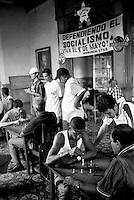 Cuba, Santiago.<br /> Gioco degli scacchi in un circolo statale.<br /> Cuba, Santiago.<br /> Chess games in a public circles.