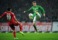 FUSSBALL   1. BUNDESLIGA   SAISON 2011/2012    12. SPIELTAG SV Werder Bremen - 1. FC Koeln                              05.11.2011 Aaron HUNT (re, Bremen) gegen Mato JAJALO (re, Koeln)