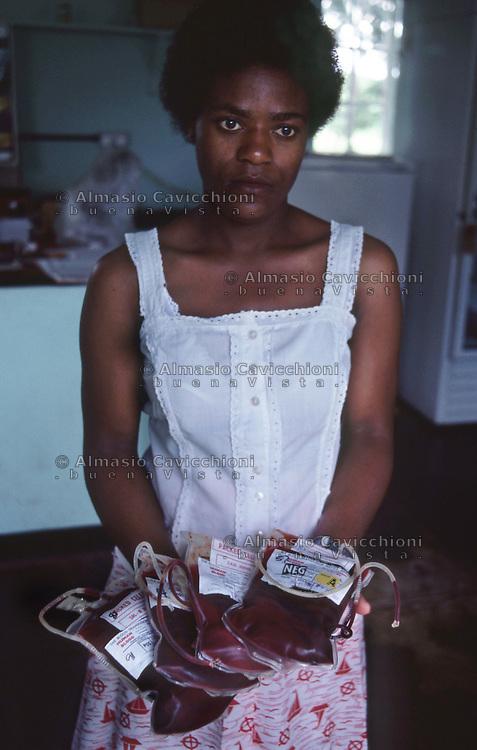 Africa, Zimbabwe, Harare, Centro trasfusioni di sangue. Sacche di sangue.<br /> Zimbabwe, Harare, blood transfusion center. Bags of blood.