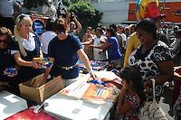 SAO PAULO, SP, 25 DE JANEIRO DE 2012 - BOLO ANIVERSARIO DE SAO PAULO -  Bolo de 4,58m E distribuído no bairro do Bixiga em comemoração ao aniversário de 458 anos da cidade de São Paulo. Evento na manha desta quarta-feira, 25, na Rua Rui Barbosa, entre a Rua Conselheiro Carrão e a Praça Dom Orione. O evento é gratuito. (FOTO: ADRIANO LIMA - NEWS FREE).