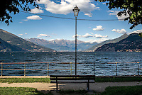 Bellagio, Lago di Como. Panchina e lampione --- Bellagio, Lake Como. Bench and lamppost