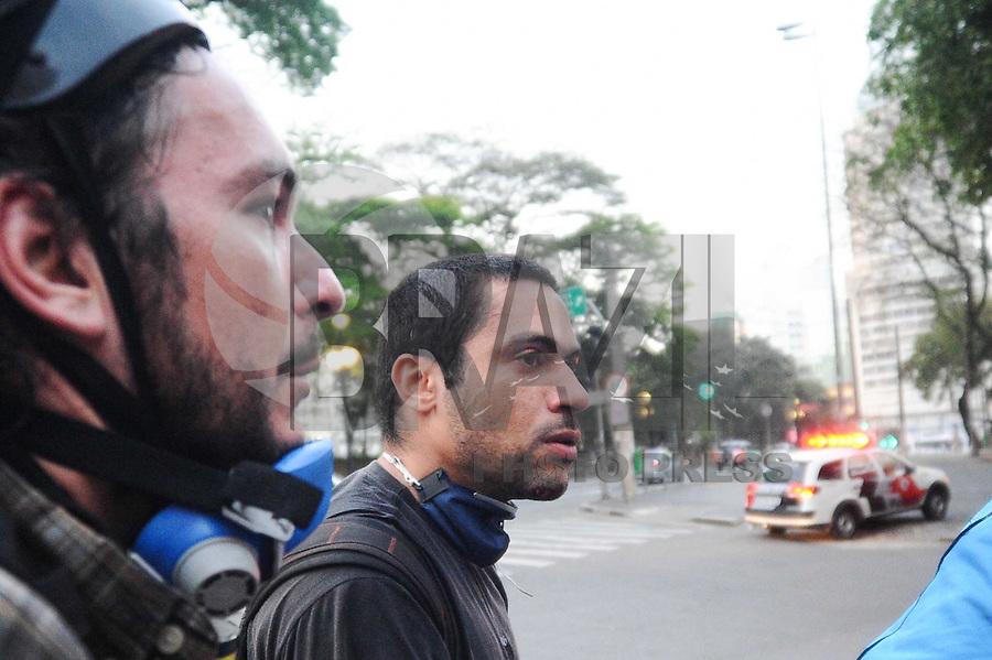 SAO PAULO, SP, 07.09.2013-O Fotografo Tercio Teixeira sem o capacete foi atingido por um tiro no queijo durante Confronto entre policia militar e manifestantes Black Bloc - Adriano Lima / Brazil Photo Press