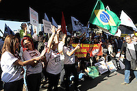 SAO PAULO, SP, 10 de MAIO 2013 - MANIFESTACAO PROFESSORES REDE ESTUDUAL SAO PAULO - Professores da rede estadual de ensino de São Paulo realizam assembleia para definir os rumos da greve da categoria, na tarde desta sexta-feira, no vão livre do Masp, na Av. Paulista, em São Paulo.  (FOTO: ADRIANO LIMA / BRAZIL PHOTO PRESS).