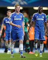 FUSSBALL   CHAMPIONS LEAGUE   SAISON 2013/2014   Vorrunde  in London FC Chelsea - FC Schalke     06.11.2013 Kevin De Bruyne (li, FC Chelsea) und Demba Ba (FC Chelsea)
