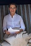 07.06.2018,  Lueneburg, Rote Rosen   im Bild Jenny Juergens (Schauspielerin) kehrt nach drei Jahren zu den Rote Rosen zurueck , im Strandkorb vor den Studios mit Manuskript Foto © nordphoto / Witke