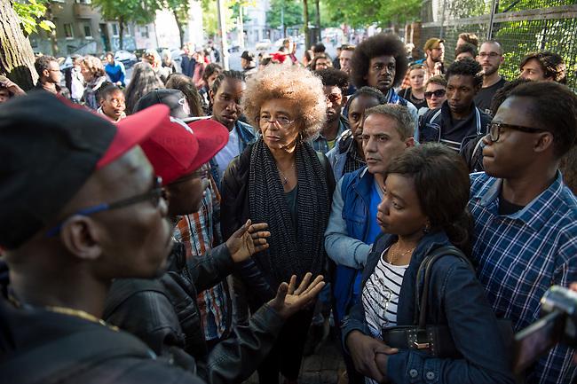 Die US-Menschenrechtlerin  Angela Davis (in der Bildmitte) traf sich am Freitag den 15. Mai 2015 in Berlin mit Fluechtlingen. Unter ihnen viele, die in der Kreuzberger Schule in der Ohlauer Strasse wohnen. Sie sollen nach dem Willen der gruenen Regierung des Stadtteils das Schulgebaeude verlassen. Die Fluechtlinge schilderten ihr, wie ihre Situation in Deutschland und in Berlin ist, und wie sie von den deutschen Behoerden behandelt werden.<br /> Im Anschluss an das Gespraech gingen die Fluechtlinge mit ihr zum Schulgebaeude, ein Eintritt wurde ihr aber schon am Vortag vom Verantworlichen im Bezirksamt verwehrt.<br /> Im Bild: Angela Davis und die Fluechtlinge vor der Schule in der Ohlauer Strasse.<br /> 15.5.2015, Berlin<br /> Copyright: Christian-Ditsch.de<br /> [Inhaltsveraendernde Manipulation des Fotos nur nach ausdruecklicher Genehmigung des Fotografen. Vereinbarungen ueber Abtretung von Persoenlichkeitsrechten/Model Release der abgebildeten Person/Personen liegen nicht vor. NO MODEL RELEASE! Nur fuer Redaktionelle Zwecke. Don't publish without copyright Christian-Ditsch.de, Veroeffentlichung nur mit Fotografennennung, sowie gegen Honorar, MwSt. und Beleg. Konto: I N G - D i B a, IBAN DE58500105175400192269, BIC INGDDEFFXXX, Kontakt: post@christian-ditsch.de<br /> Bei der Bearbeitung der Dateiinformationen darf die Urheberkennzeichnung in den EXIF- und  IPTC-Daten nicht entfernt werden, diese sind in digitalen Medien nach &sect;95c UrhG rechtlich geschuetzt. Der Urhebervermerk wird gemaess &sect;13 UrhG verlangt.]