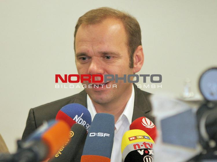 1.Liga FBL 2009/2010 Marcus Berg - PK<br /> <br /> <br /> Bernd Hoffmann, Vorsitzender HSV.<br /> <br /> <br /> <br /> Foto &copy; nph (nordphoto)<br /> <br /> *** Local Caption ***<br />  <br /> Portrait / Hochformat / Halformat / Halbkoerper / Halbk&ouml;rper