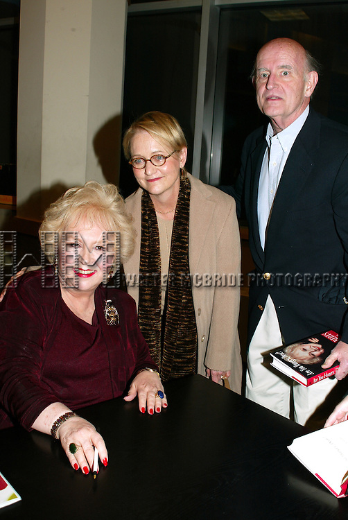 PETER BOYLE and his wife  visit their friend .DORIS ROBERTS who's Promoting her new book, ARE YOU HUNGRY, DEAR ? at a book signing held at Barnes & Noble, New York City..April 14, 2003.Credit All Uses.© Walter McBride / , USA.