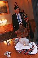 """Europe/Royaume-Uni/Ecosse/Moray/Spayside/ env de Dufftown: Présentation du Haggis lors d'un Dîner au célèbre Haggis, plat typiquement écossais, abats de mouton épicés et avoine- à """"Linn House"""" [Non destiné à un usage publicitaire - Not intended for an advertising use]"""
