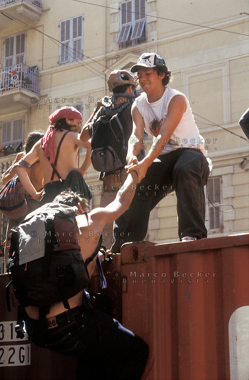 genova luglio 2001, proteste contro il g8. dei manifestanti cercano di avvicinarsi alla zona rossa --- genoa july 2001, protests against g8 summit. demonstrators try to approach the red zone