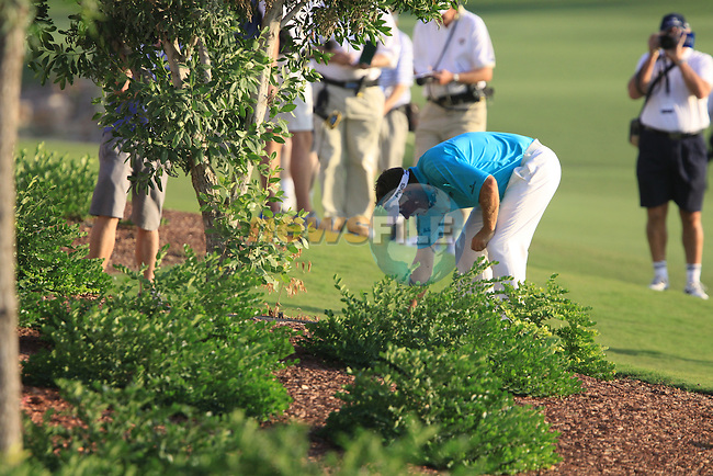 Lee Westwood checks his ball in the rough on the 18th hole during the opening round of Day 1 at the Dubai World Championship Golf in Jumeirah, Earth Course, Golf Estates, Dubai  UAE, 19th November 2009 (Photo by Eoin Clarke/GOLFFILE)