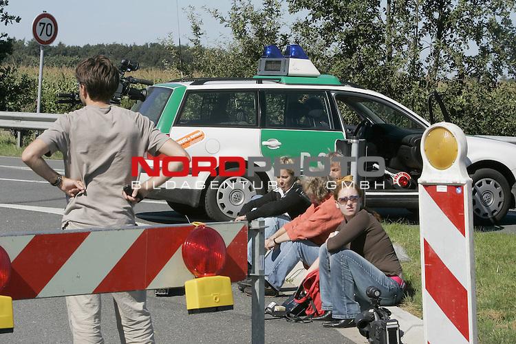Am sp&scaron;ten Abend ( 08.09.04 ) wird von einer Skaterin und ihrem Hund eine Kinderleiche in einem Graben neben der Strasse entdeckt. Polizei nimmt ermittlungen auf und sperrt weitr&scaron;umig das Gel&scaron;nde. Kinderleiche hat verwesung schon eingesetzt.<br /> <br /> <br /> Foto: &copy; nordphoto <br /> <br />  *** Local Caption *** Foto ist honorarpflichtig! zzgl. gesetzl. MwSt.<br />  Belegexemplar erforderlich<br /> Adresse: nordphoto<br /> Georg-Reinke-Strasse 1<br /> 49377 Vechta
