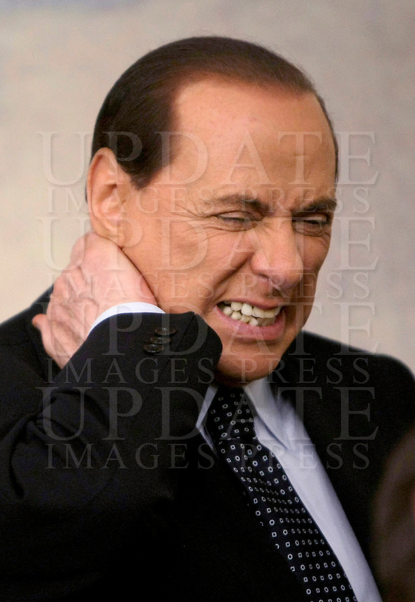 Il Presidente del Consiglio Silvio Berlusconi dolorante per il torcicollo al termine di una conferenza stampa a Palazzo Chigi, Roma, 9 maggio 2009. Berlusconi non e' potuto intervenire all'Assemblea annuale di Confcommercio a Roma, 24 giugno 2009, a causa del persistere del torcicollo..Italian Premier Silvio Berlusconi aching for a stiff neck at the end of a press conference at Rome's Chigi Palace premier office, 9 may 2009. Berlusconi was disabled to take part in the Confcommercio traders organization's annual assembly in Rome, 24 june 2009, as the stiff neck persists..UPDATE IMAGES PRESS/Riccardo De Luca